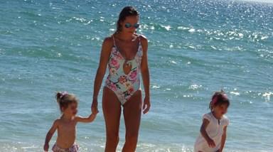 Fernanda Serrana na praia com os filhos