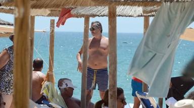 Pedro Miguel Ramos sozinho na praia com os filhos
