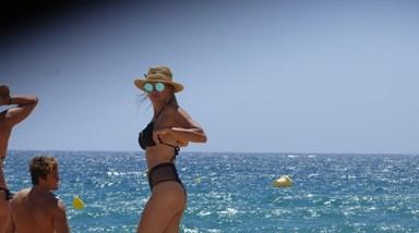 FOTOS EXCLUSIVAS: Marisa Cruz exibe corpo deslumbrante na praia