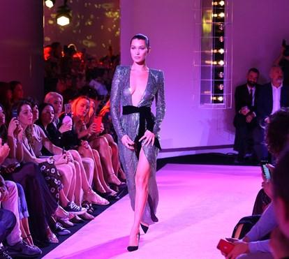 Bella Hadid desfila em topless e mostra pernas vertiginosas