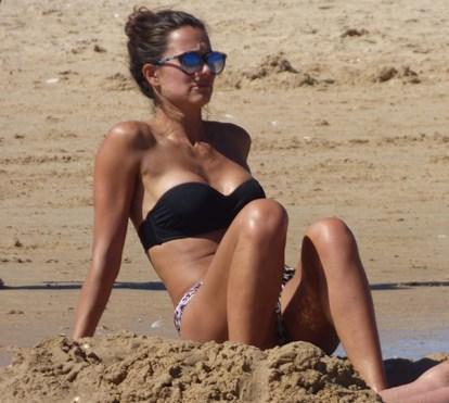 Cláudia Vieira arrasa na praia com corpo de sonho