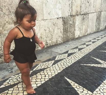 Carolina Patrocínio reage às críticas do bronze da filha na praia