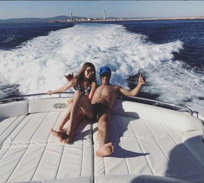 Tony Carreira de férias com a filha mostra o corpo em barco de luxo