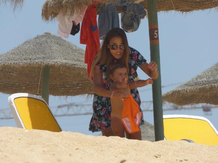 Carolina Patrocínio responde a polémicas... com mais um dia na praia em família