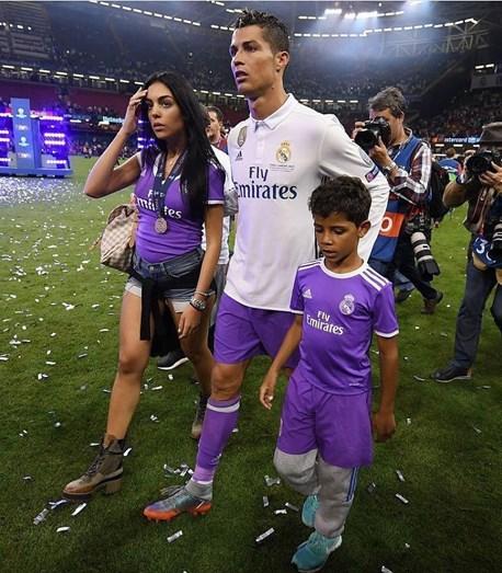 Cristiano Ronaldo divulga foto de família muito amorosa