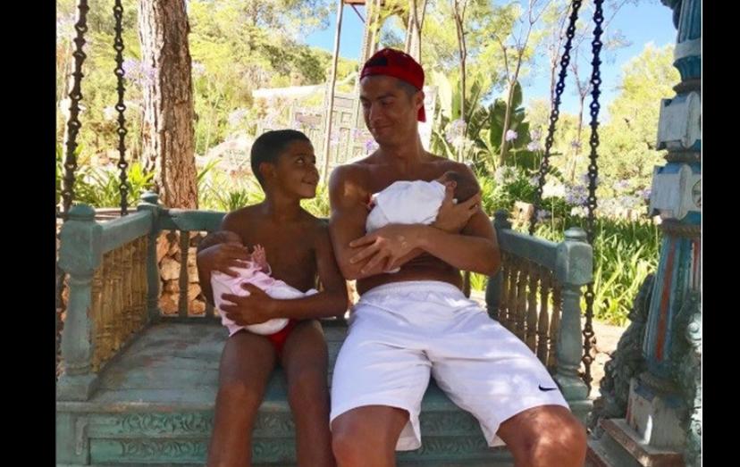 Cristiano Ronaldo com os filhos, Cristianinho, Eva e Mateo. Em breve, os 3 irmãos sem mãe conhecida terão um irmão, fruto da relação de Ronaldo com Georgina Rodriguez.