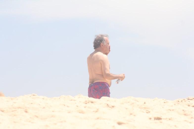 O antigo ministro da economia foi a banhos na Praia do Pego. Preocupado com os raios solares, Pires de Lima protege-se aplicando protetor várias vezes.