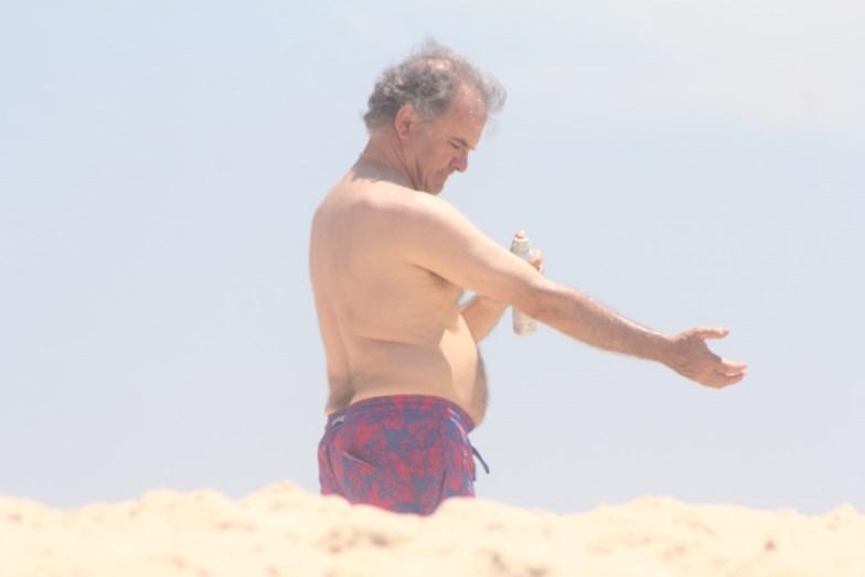António Pires de Lima descontraído na praia