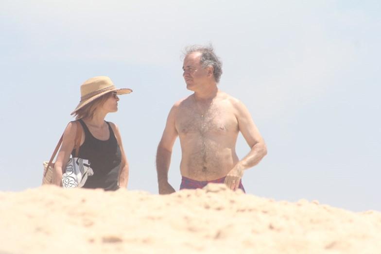 António e Patrícia Pires de Lima foram a banhos na Praia do Pego