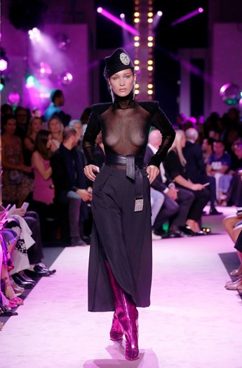 Bella Hadid desfila em topless