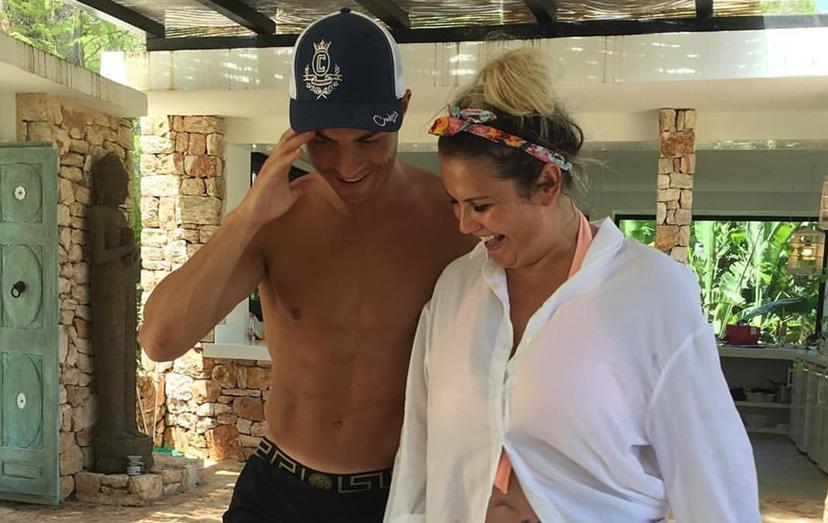 Katia Aveiro a dançar com o irmão durante as férias em Ibiza. Os dois estão de novo unidos, após um período de alguma crispação devido à relação da cantora com um participante da 'Casa dos Segredos'.