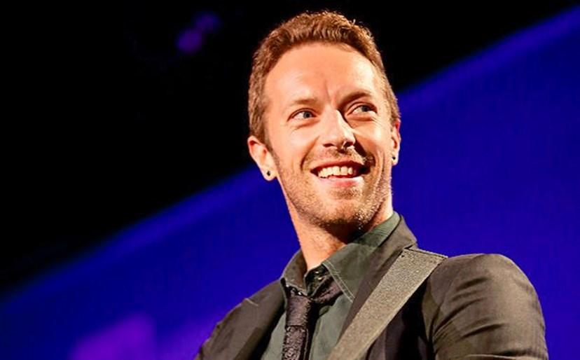 Vocalista dos Coldplay namora com cantora 19 anos mais nova