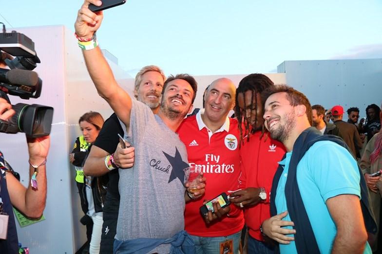 Renato Sanches com Tozé e alguns fãs