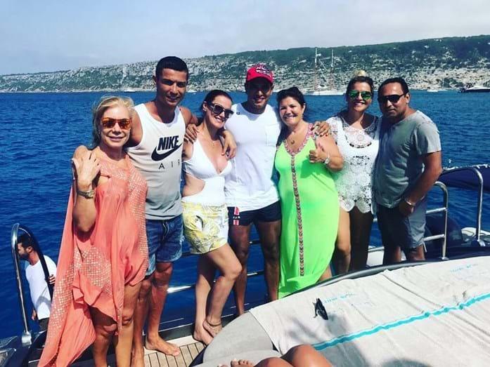 Roanldo e a família num iate em Ibiza