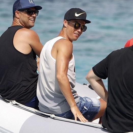 Cristiano Ronaldo com o irmão Hugo em Ibiza