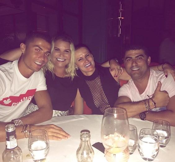 Os irmãos Aveiro, Ronaldo, Katia, Elma e Hugo, num jantar em Ibiza