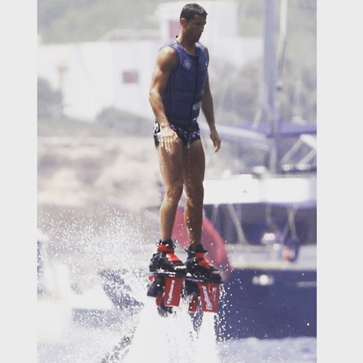 Cristiano Ronaldo a praticar o desporto radical flyboard, em Ibiza
