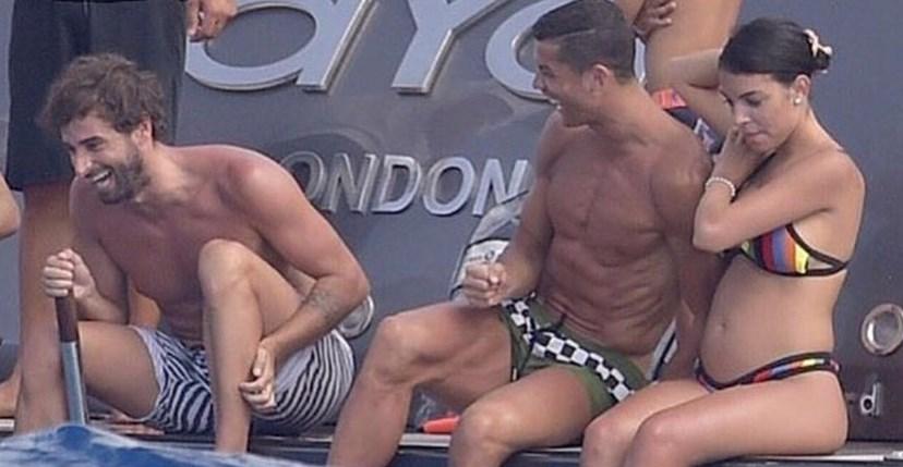 Cristiano Ronaldo com Georgina, que mostra a barriga de grávida, e o amigo Miguel Paixão, divertidos em Formentera