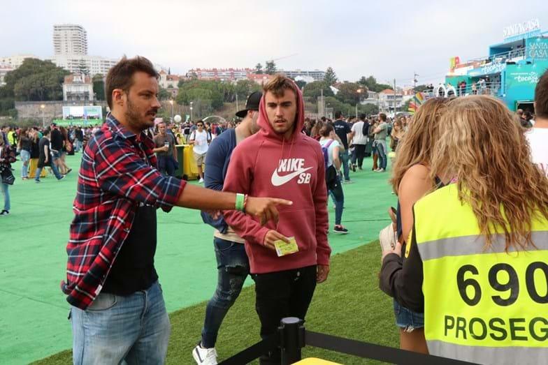 O jogador do Benfica André Horta com um amigo