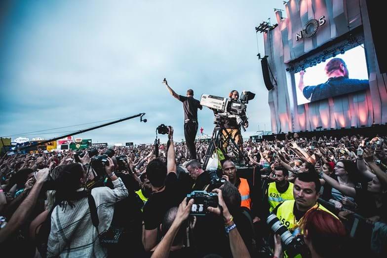 Os Imagine Dragons provocaram a loucura quando o vocalista foi para junto do público