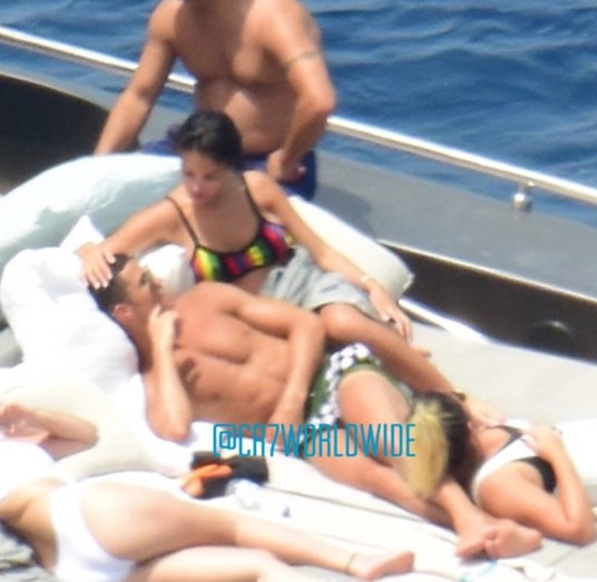 Ronaldo e Georgina trocam beijos apaixonados em Ibiza