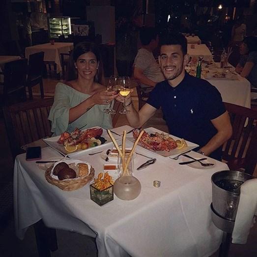 Pizzi e Maria Luís Barros felizes e apaixonados a jantarem na Tailândia