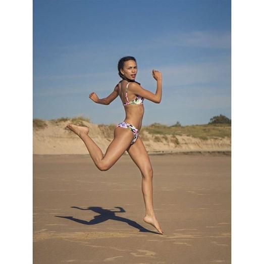 Ana Sofia Martins em pose para uma campanha publicitária na praia.