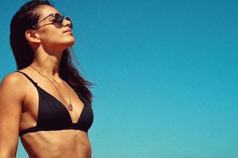 Ana Varela a aproveitar o bom tempo na praia.