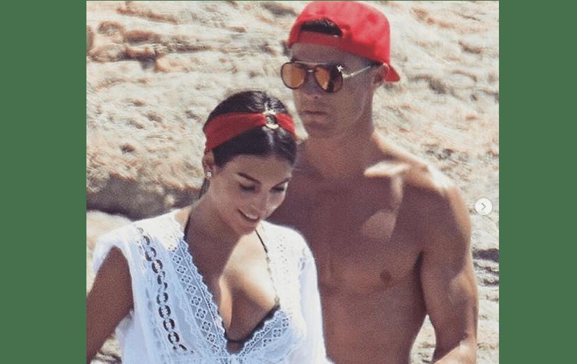 Georgina Rodriguez e Cristiano Ronaldo num dos passeios, fora do iate, em Ibiza. Após ter escolhido, duas vezes, ser pai recorrendo a barrigas de aluguer, o craque engravidou a namorada espanhola.