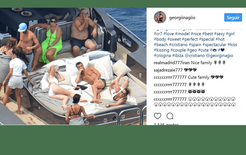 O clá Aveiro reunido no interior do iate alugado por Ronaldo e que foi abordado por um barco, com polícias armados, do serviço de fronteiras das Finanças espanholas.