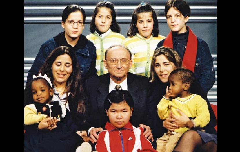 O Professor Gentil Martins, que ainda está no ativo, numa fotografia com 9 dos siameses que separou. Em 2016, o médico, reconhecido internacionalmente, ofereceu-se para separar 2 siameses sírios, que estavam em risco de vida, sem cobrar honorários.