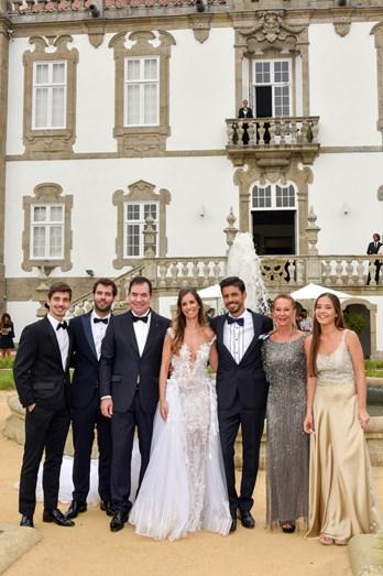 Os noivos com os irmãos da noiva: Carlos, Diogo e Maria Carolina e os pais, Carlos e Liseta