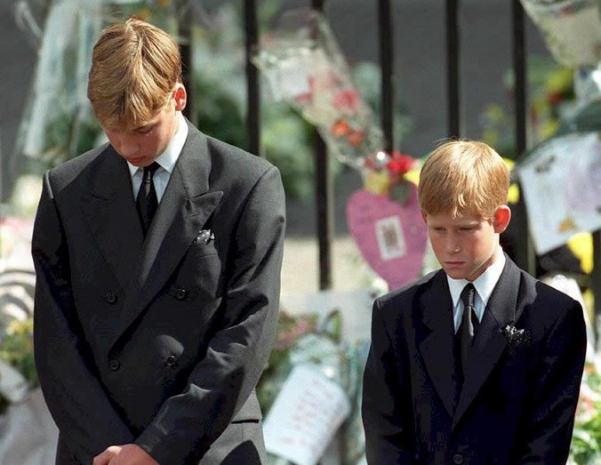 William e Harry no funeral de Diana, em 1997