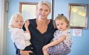 Charlene do Mónaco leva os pequenos príncipes a visitar lar de idosos