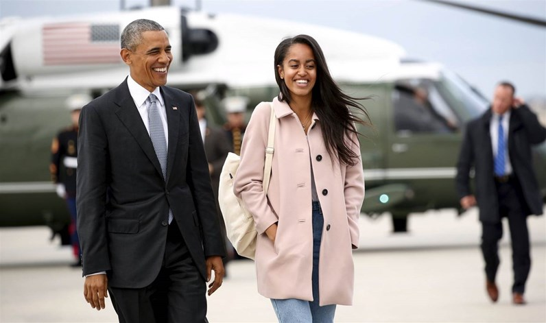 Malia Obama adota postura bem diferente do habitual