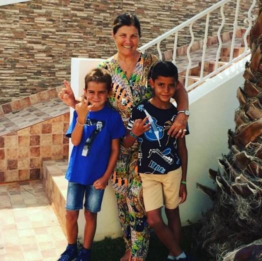 Dolores Aveiro diverte-se com a família
