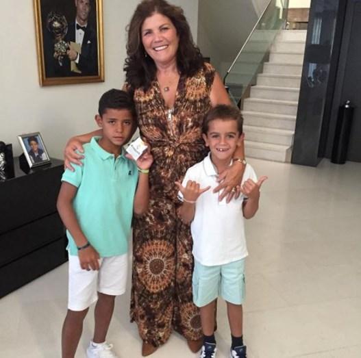 Cristiano Ronaldo surpreende menino num programa de TV brasileiro