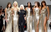 As eternas divas da moda voltaram para homenagear Gianni Versace