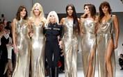 As eternas divas da moda voltaram para homenagear Gianni Versace
