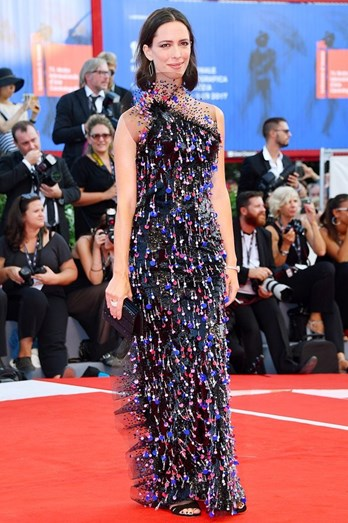 Rebecca Hall com vestido Dominique Charriau