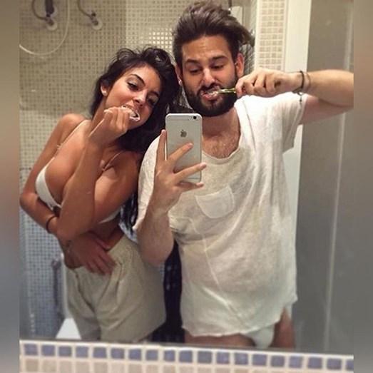 Georgina numa pose comprometedora com o amigo Ivan, na casa de banho, em roupa interior