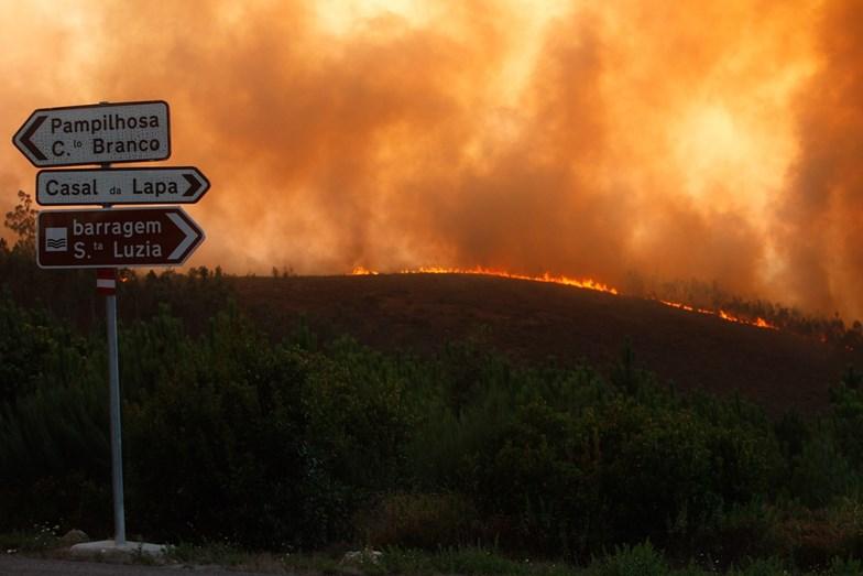 Mais de 600 operacionais a combater as chamas em Pampilhosa da Serra