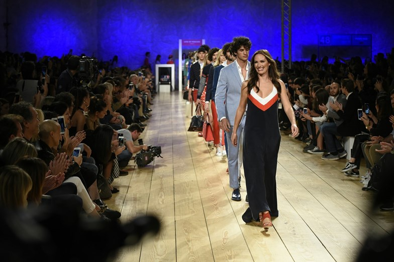 Fernanda Serrano sorridente no Portugal Fashion
