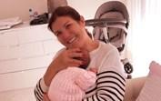 Sorriso rasgado: Dolores finalmente com Alana Martina ao colo