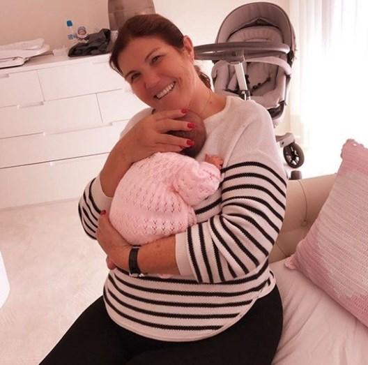 Dolores com Alana Martina ao colo:
