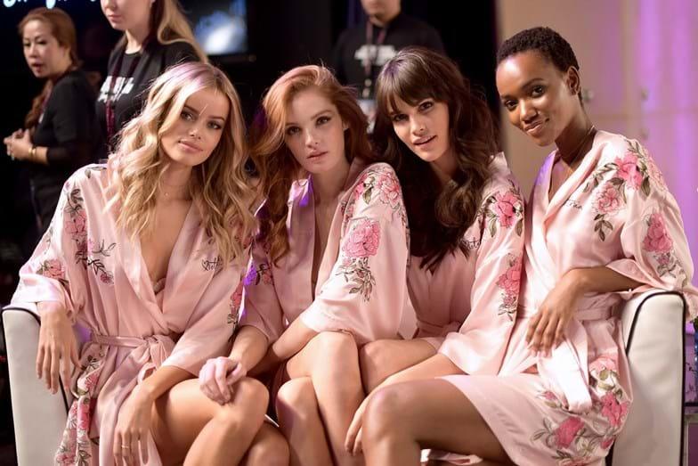 Modelo da Victoria's Secret cai em desfile e é ajudada por brasileira