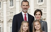 Felipe e Letizia de Espanha desejam Boas Festas com fotografia em família