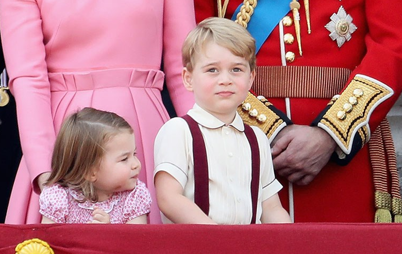 Os príncipes George e Charlotte na varanda do palácio de Buckingham durante a parada militar Trooping The Colour