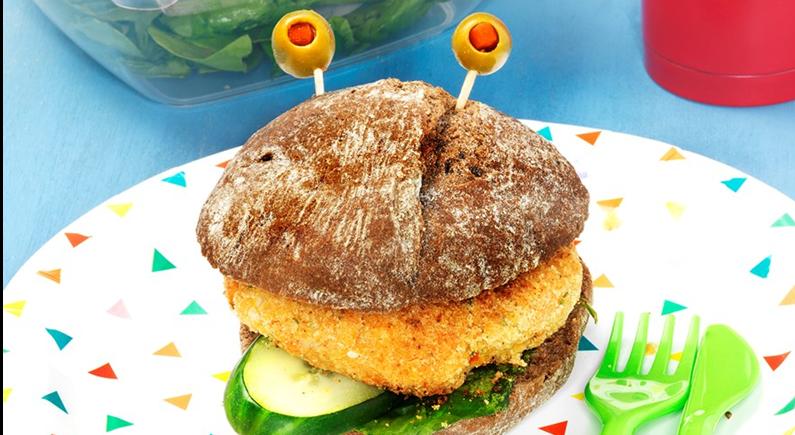 Hambúrguer de grão no pão e palitos de abacaxi com ketchup de framboesa (receita na revista Sabe Bem nº39 p.42)