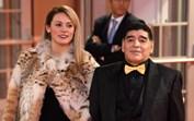 Ex-namorada de Maradona filmada a chorar junto à porta do velório depois de ser impedida de entrar